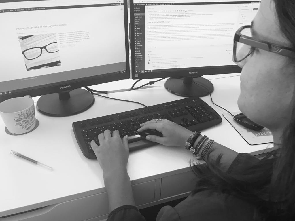 Blog corporativo, un blogger escribe un articulo sobre las ventajas de tener un blog en propia empresa.