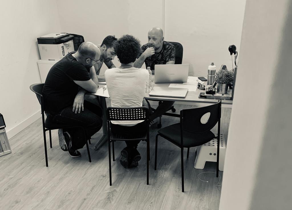 reunión equipo creativo, hablando del cambio digital