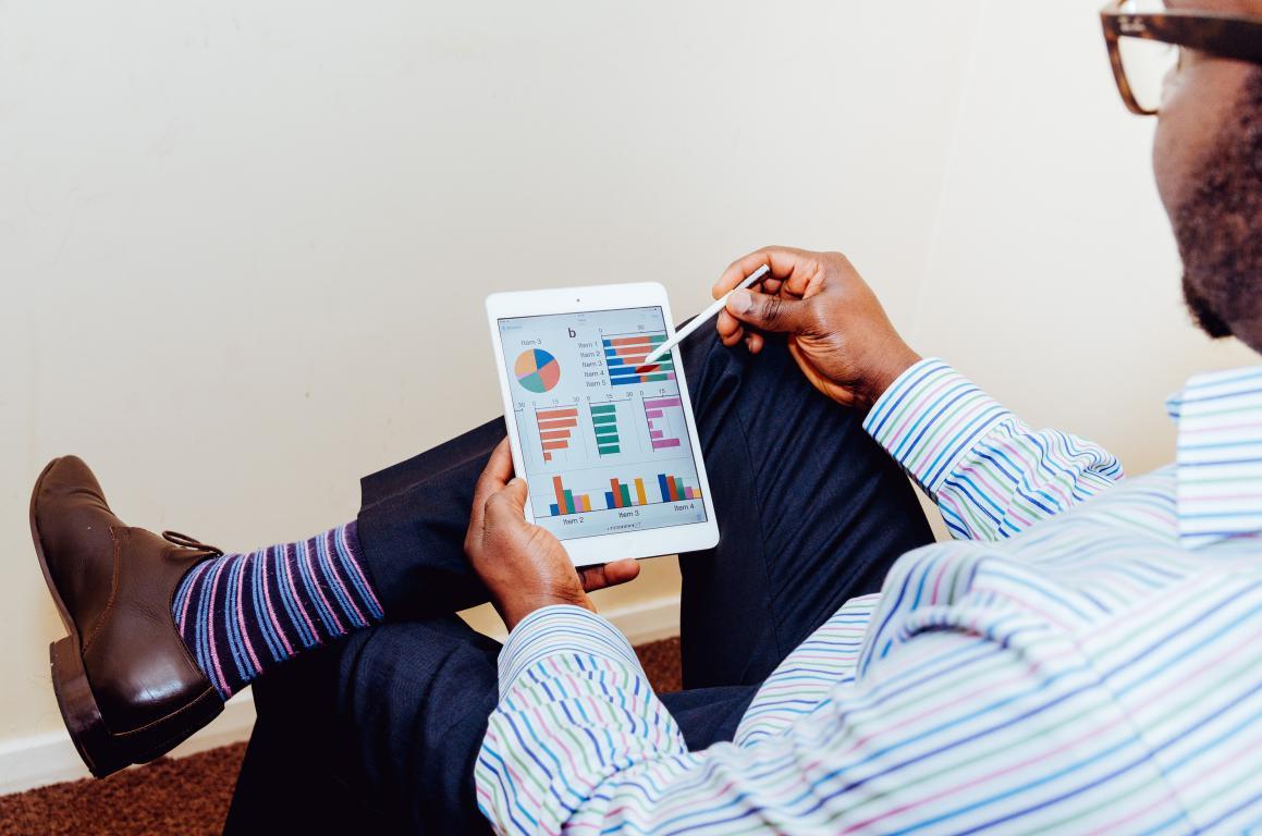 emprendedor que analiza los datos de su empresa
