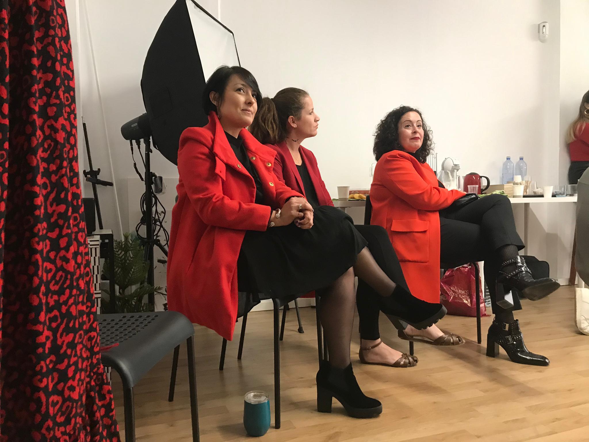 mujeres emprendedoras sentadas