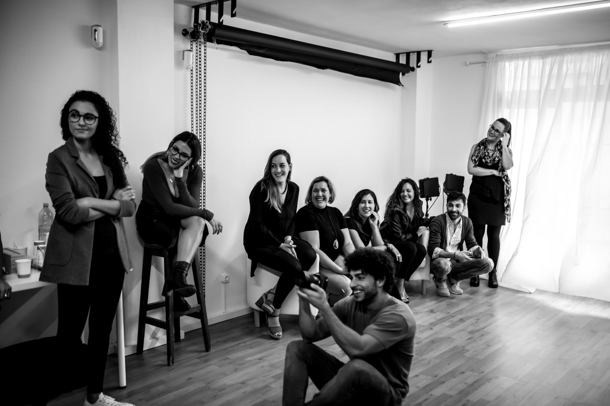 mujeres emprendedoras feliz de escuchar historia de empresa femenina